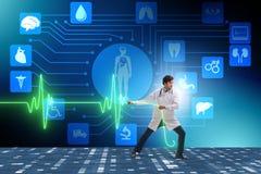 远程医学概念的心脏科医师与心跳 皇族释放例证