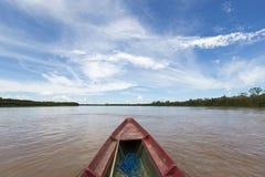 远航在Beni河的一条木小船在Rurrenabaque,蓝色s附近 库存照片