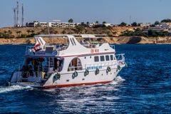 远航 潜水的红色水肺海运 免版税图库摄影