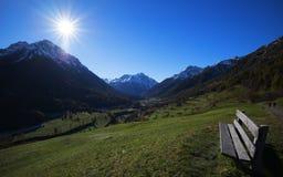 远足与太阳和长凳的waether 库存图片