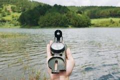 远足与指南针 免版税库存图片