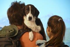 远足与狗的夫妇 免版税库存照片