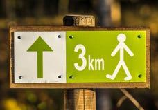 远足与距离的标志3 km 免版税库存照片