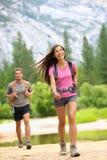 远足人-夫妇远足者愉快在优胜美地 库存图片