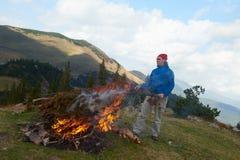 远足人尝试点燃火 免版税图库摄影