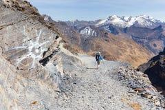 远足人山行迹,玻利维亚旅游业的背包徒步旅行者 库存照片