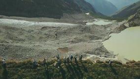 远足人的寄生虫视图站立在背景雪的山边缘锐化 股票录像