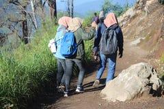 远足伊真火山山,Banyuwangi,印度尼西亚的Hijabers 图库摄影