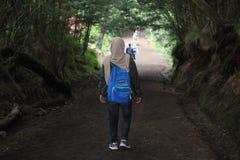 远足伊真火山山,Banyuwangi,印度尼西亚的Hijabers 免版税库存图片