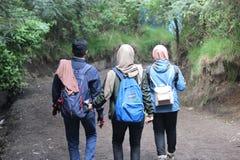 远足伊真火山山,Banyuwangi,印度尼西亚的Hijabers 免版税库存照片