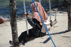 远足伊真火山山,Banyuwangi,印度尼西亚的Hijabers 免版税图库摄影