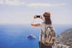 远足使用巧妙的电话的妇女采取照片、旅行和活跃生活方式概念 免版税图库摄影