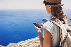 远足使用巧妙的电话的妇女采取照片、旅行和活跃生活方式概念 免版税库存图片