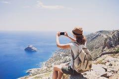 远足使用巧妙的电话的妇女采取照片、旅行和活跃生活方式conceptt 库存图片