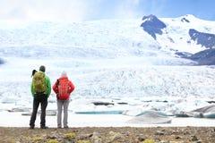 远足冒险冰岛的旅行人 免版税图库摄影