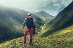 远足冒险博客作者旅行概念 英俊的男性旅客 免版税库存图片