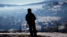 远足冒险山旅行的雪远足者 股票视频