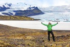 远足冒险欢呼愉快的冰岛的旅行人 免版税库存图片