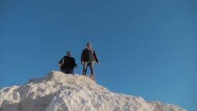 远足冒险登山人的两个人游人攀登山 慢动作录影  股票视频