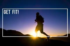 远足冒险登山概念的背包徒步旅行者 免版税库存图片