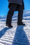 远足冬天的雪,走在多雪的道路的妇女 免版税库存照片
