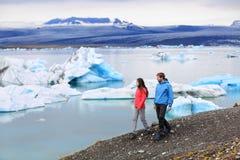 远足冰岛Jokulsarlon冰河盐水湖的人们 免版税库存照片