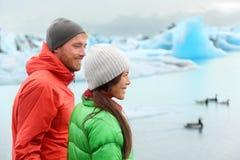 远足参观在冰岛的人Jokulsarlon 免版税库存图片