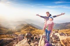 远足和冒险在山达到和成功的夫妇 免版税库存图片