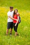 远足在一个草甸的活跃嬉戏的coupel在ratly春天绿色g 库存照片