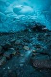 远足在一个遥远的冰洞里面在阿拉斯加 免版税库存照片