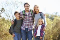 远足在乡下的家庭画象 免版税图库摄影