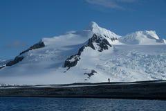 远足在原始山、雪和爬行冰川下的南极洲 免版税库存图片