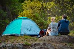 远足在原野的夫妇 旅行,假期,假日和 免版税库存图片