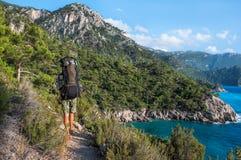 远足在土耳其 Lycian方式 由海的背包徒步旅行者 图库摄影