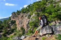 远足在土耳其 Lycian方式 由海的背包徒步旅行者 免版税库存照片