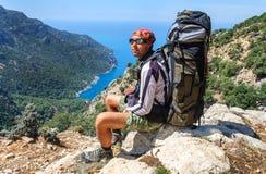 远足在土耳其 Lycian方式 由海的背包徒步旅行者 免版税库存图片