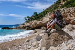 远足在土耳其 Lycian方式 由海的背包徒步旅行者 免版税图库摄影