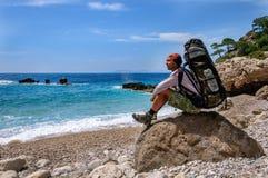 远足在土耳其 Lycian方式 由海的背包徒步旅行者 库存图片