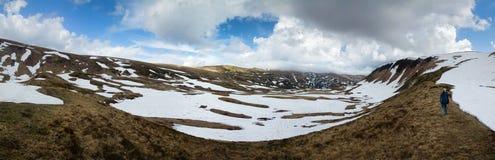 远足在多雪的山土坎 免版税图库摄影