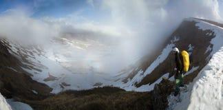 远足在多雪的山土坎 库存图片