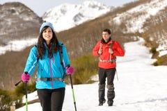 远足在多雪的山的夫妇 库存照片