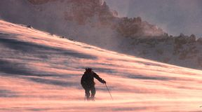 远足在多雪的山 免版税库存图片