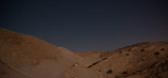 远足在夜沙漠 免版税库存照片