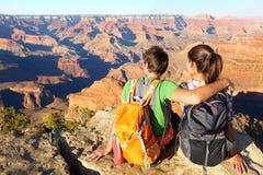 远足在大峡谷享受看法的远足者 免版税库存照片