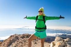 远足在山上面的妇女成功 免版税库存图片