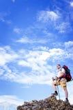 远足在山在夏天在一个晴天 免版税图库摄影