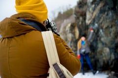 远足在山湖的夫妇 图库摄影