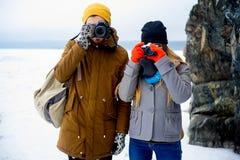 远足在山湖的夫妇 免版税库存图片