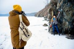 远足在山湖的夫妇 免版税库存照片