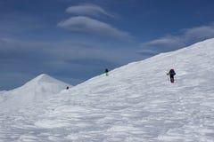 远足在山的冬天 免版税图库摄影